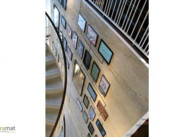 Mur opposé d'une descente d'escalier circulaire revêtu de feuille de béton