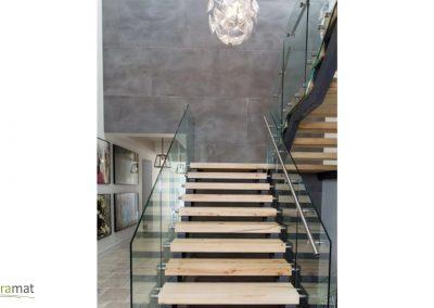 Descente d'escalier habillée de feuille de béton