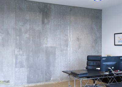 Réalisation d'une décoration murale avec de la feuille de béton dans un bureau