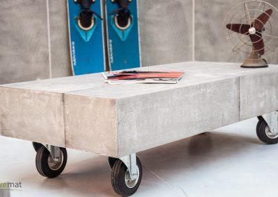 Table basse moderne avec roulette réalisée avec de la feuille de béton