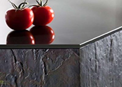 Détail d'un angle de meuble bas de cuisine en feuille de pierre