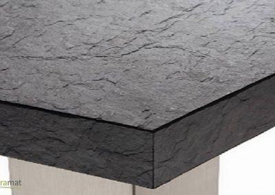 Détail d'un angle champ et plateau d'une table en feuille de pierre