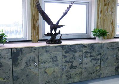 Exemple d'utilisation de feuille de pierre sur un buffet placard de bureau