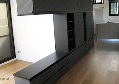 Réalisation d'une bibliothèque en séparation de salle de séjour et cuisine en feuille de pierre