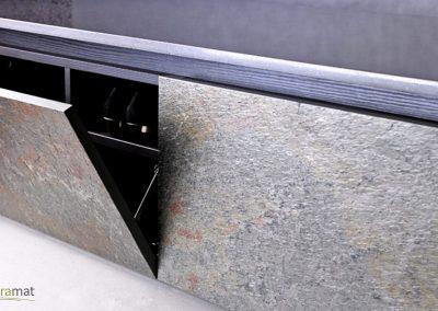 Cas d'application de feuille de pierre sur les portes d'un meuble bas