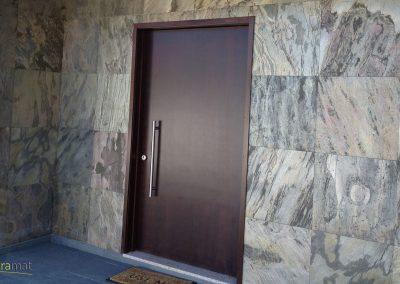 Entrée extérieure d'une maison individuelle en Feuille de pierre