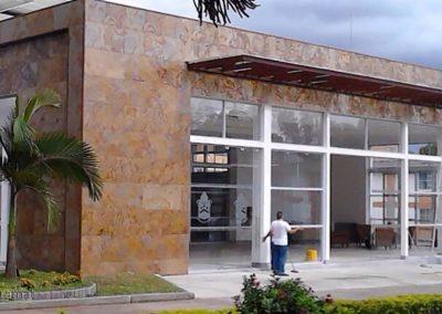 Réalisation façade extérieure d'un hall en Feuille de pierre