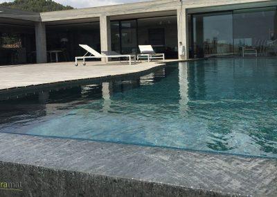 Bassin de piscine en feuille de pierre vue rasante