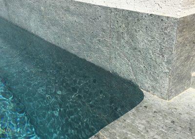 Bassin de piscine en feuille de pierre détail angle