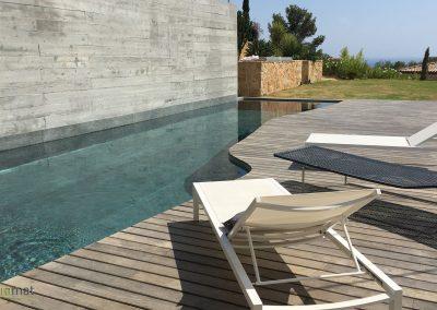 Bassin de piscine en feuille de pierre vue de face