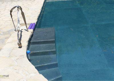 Réalisation bassin de piscine en feuille de pierre vue de face détail escalier