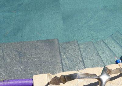 Réalisation bassin de piscine en feuille de pierre détail escalier vue de dessus