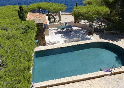 Réalisation bassin de piscine en feuille de pierre vue de la baie
