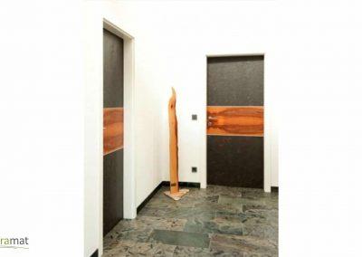 Feuille de pierre et frise en bois en habillage de porte