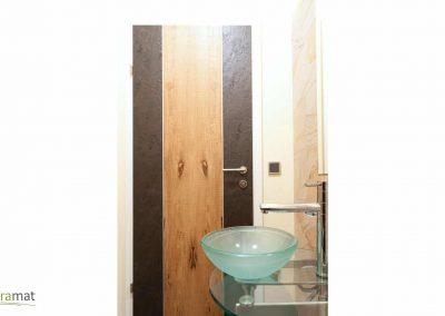 Porte de salle de bain mélange bois et feuille de pierre