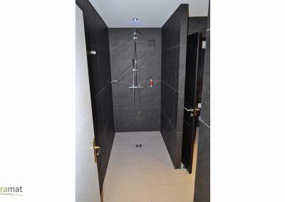 Intérieur de douche réalisé en feuille de pierre naturelle