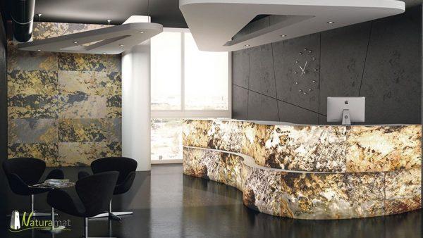 Exemple d'utilisation de la feuille de pierre translucide sur une banque d'accueil. Mur du fond en coloris Black