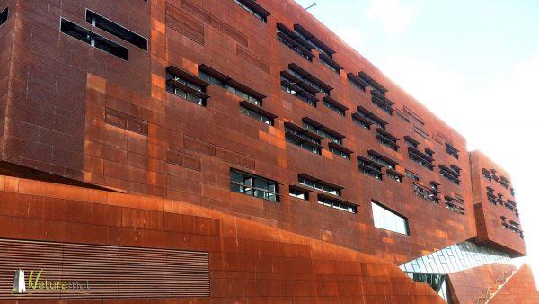 Mise en œuvre de feuille de rouille sur une façade